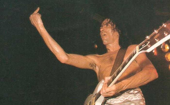 Robe Extremoduro durante un concierto